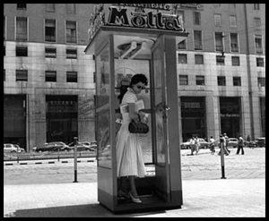 Prima cabina telefonica (insegna Motta) - Piazza San Babila