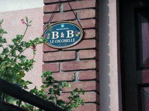 Insegna B&B Coccinelle di Truccazzano (Milano) realizzata da Insegne Antiche