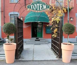 Insegne per il Totem Pub a Carignano