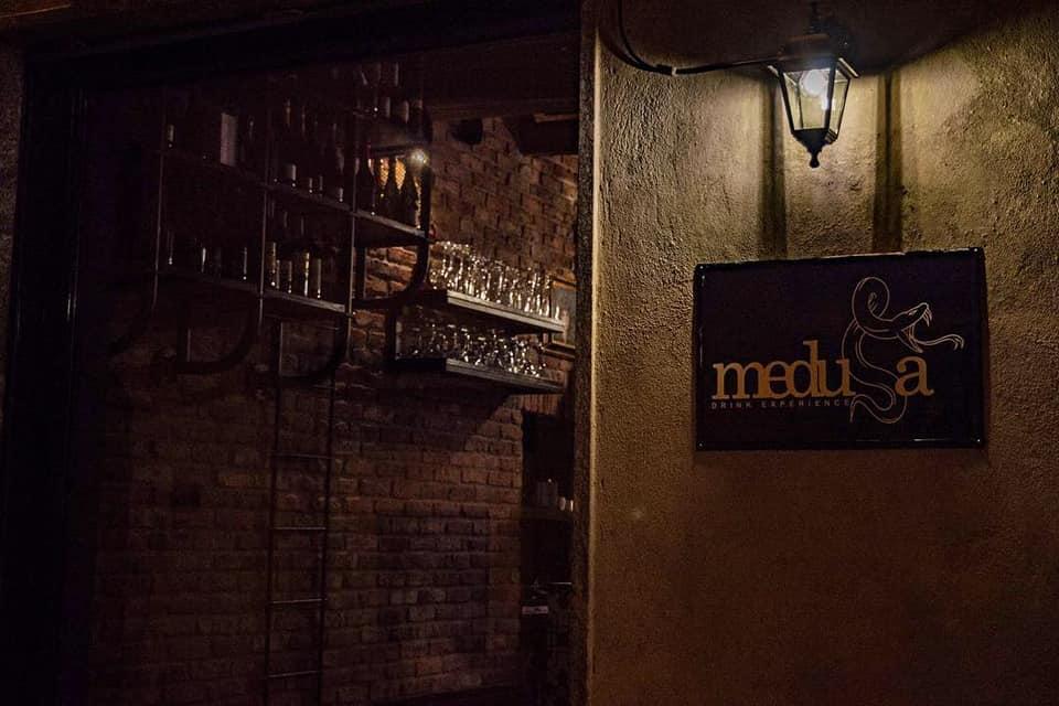 Insegna per Cocktail bar Medusa di Abbiategrasso Milano realizzata da Insegne Antiche 1