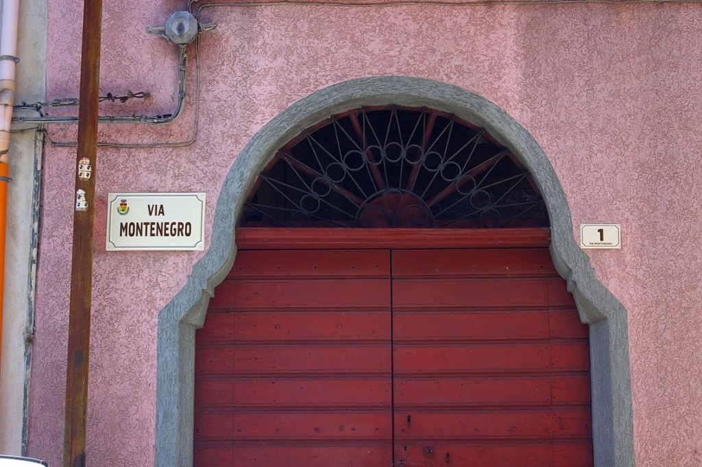 toponomastica e numero civico da esterno prodotto da insegne antiche